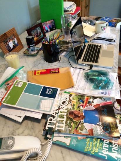 Mocadeaux - messy desk